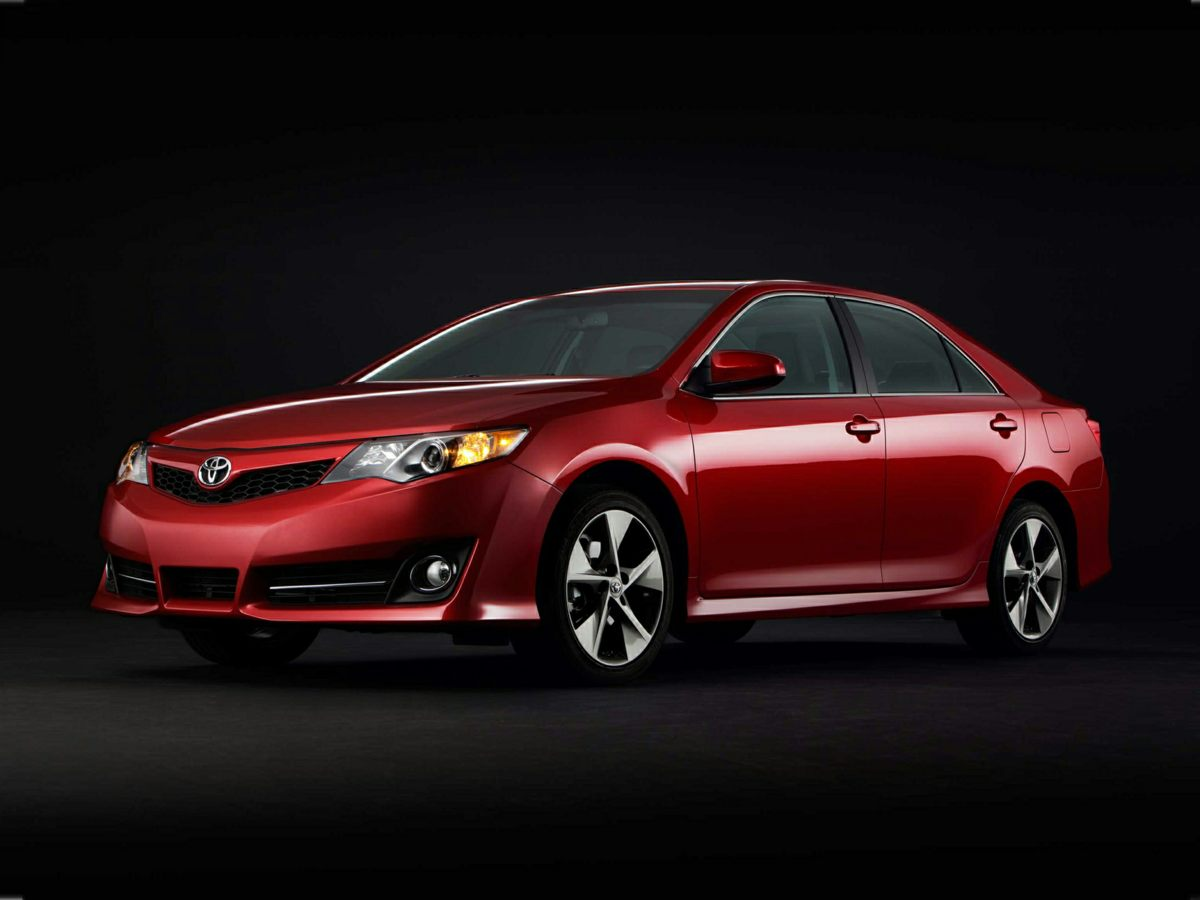 2014 Toyota Camry SE Silver Camry SE and 4D Sedan Stillness in motion Engineered to outlast If